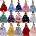 מתנה לילדות: סט מלתחה לבובות ברבי – 5 שמלות + נעליים – רק ב-7.59 $ !